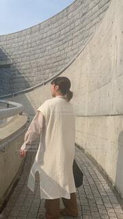 建物の前に立っている男の写真・画像素材[4370479]