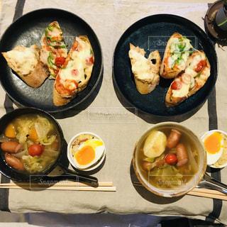 グリルの上に座っている食べ物の束の写真・画像素材[2215880]