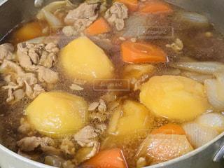 鍋いっぱいの肉じゃがの写真・画像素材[2228097]