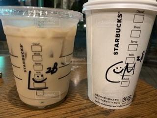 カウンターにコーヒー1杯とミルク1杯の写真・画像素材[2217113]
