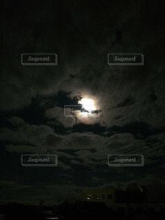 龍と月の写真・画像素材[2236933]