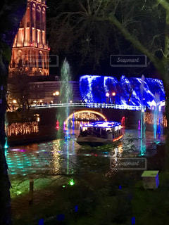 夜の街の真ん中にある噴水の写真・画像素材[2216881]