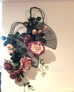 アーティフィシャルフラワーの薔薇を扇のワイヤーに飾って壁飾りに。の写真・画像素材[2216918]