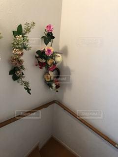 階段のアーティフィシャルフラワーの壁飾りの写真・画像素材[2216934]