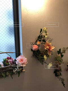階段踊り場のアーティフィシャルフラワーの壁飾りの写真・画像素材[2216935]