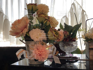 花のある窓辺の写真・画像素材[2235068]