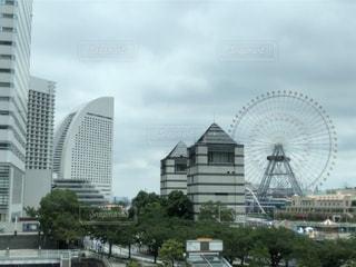 みなとみらいの高層ビルと観覧車の写真・画像素材[2274789]