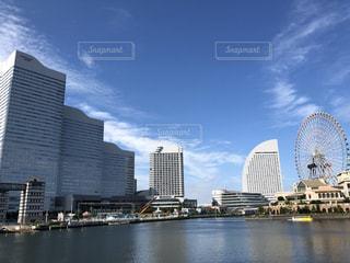 海と青空と高層ビルの写真・画像素材[2506812]