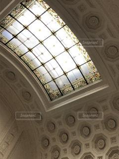 彫刻が素晴らしい壁とステンドグラスがある国会議事堂の写真・画像素材[2820358]