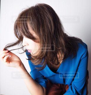 青いシャツを着た人の写真・画像素材[2229598]
