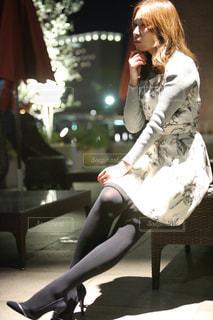 ベンチに座っている女性の写真・画像素材[2259206]