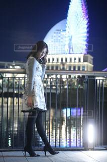 建物の前に立っている人の写真・画像素材[2259207]