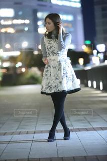 歩道を歩いている女性の写真・画像素材[2259208]