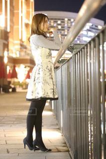 歩道に立っている女性の写真・画像素材[2259223]