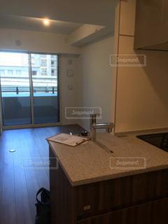 洗面台と窓のある台所の写真・画像素材[2318717]