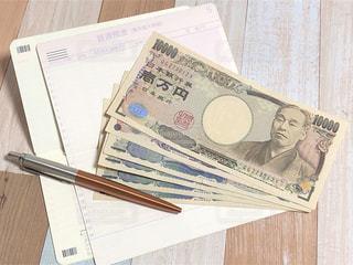通帳とお金の写真・画像素材[2231103]