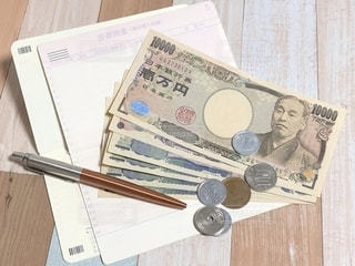 通帳とお金の写真・画像素材[2231104]