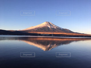 背景に富士山と水体の写真・画像素材[1307629]