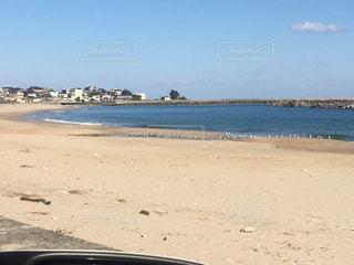 浜辺に座っている人の写真・画像素材[2218855]