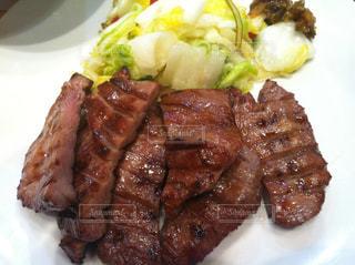 肉と野菜をトッピングした白い皿の写真・画像素材[2222581]