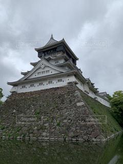建物の側面に時計を持つ大きなレンガ造りの塔の写真・画像素材[2218542]