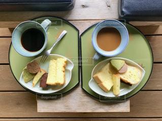 食べ物の皿とコーヒー1杯の写真・画像素材[2690043]