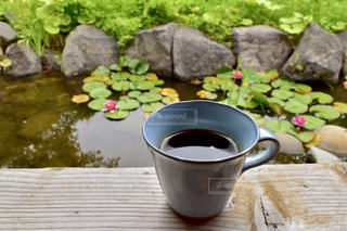 木製のテーブルの上に置くコーヒー1杯の写真・画像素材[2690046]
