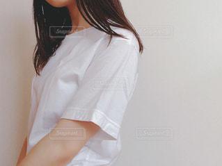 白いシャツを着た女性の写真・画像素材[2219010]