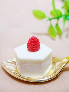 スプーンの上のケーキの写真・画像素材[2340918]