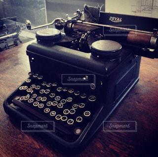 テーブルの上の黒とタイプライターの写真・画像素材[2223926]