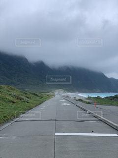 山を背景にした道の写真・画像素材[2288734]