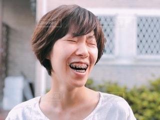 歯列矯正をしている笑顔の女性の写真・画像素材[3536076]