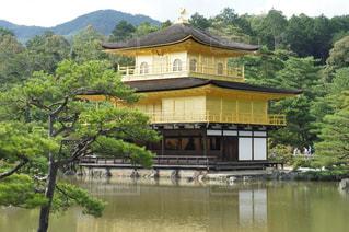 水の体の上に金閣寺の写真・画像素材[2221254]