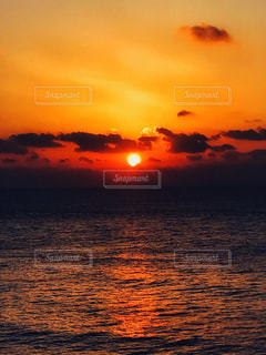 太平洋へ沈みゆく太陽の写真・画像素材[2224291]