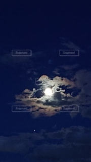 満月と雲の写真・画像素材[2294441]