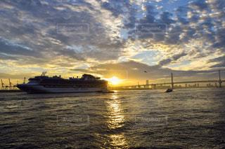 横浜を出港する客船の写真・画像素材[2221684]