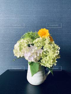 テーブルの上の花瓶に花束をの写真・画像素材[2223710]