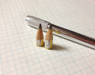 節約生活で小さくなった鉛筆と鉛筆ホルダーの写真・画像素材[141143]