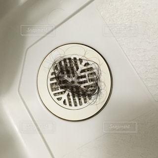 お風呂の排水溝に溜まった女性の黒い髪の毛。の写真・画像素材[853622]
