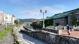 夏の小樽運河。人物少なめ、背景向きの写真・画像素材[2376397]