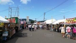 お祭りの屋台に出歩く人々。買い物中。の写真・画像素材[2408665]