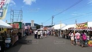 昼間、お祭りの屋台に出向く人(小樽潮祭り)の写真・画像素材[2408666]