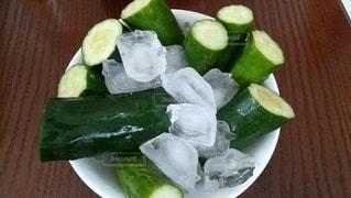 きゅうりと氷とお皿の写真・画像素材[2423249]