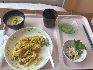 入院中にベッドで食べる食事(おいしくない)の写真・画像素材[2423247]