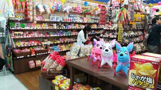 スーパーの一角にある駄菓子コーナーの写真・画像素材[2443290]