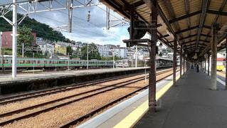 初夏の駅のホームの写真・画像素材[2443293]