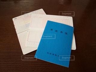 年金手帳と通帳が置かれたテーブルの写真・画像素材[2443298]