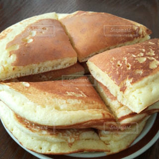 皿の上のホットケーキのクローズアップの写真・画像素材[2443306]