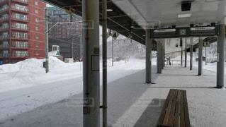 北海道の冬の駅、小樽築港駅、雪に覆われた駅のホームの写真・画像素材[2443307]