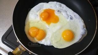 フライパンで焼く双子卵の写真・画像素材[2465905]